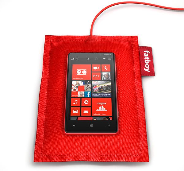 fatboy-recharge-pillow-dt-901-with-nokia-lumia-820