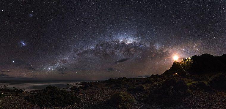 A Via Láctea e as nuvens de Magalhães numa imagem do australiano Mark Gee tirada na Nova Zelândia