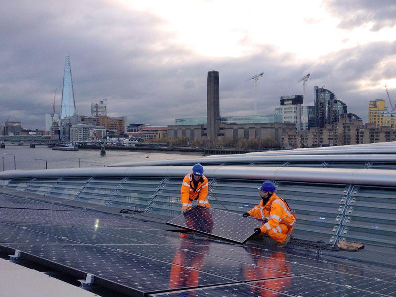Operadores instalam o último dos 4.400 painéis solares sobre a ponte férrea de Blackfriars. Foto: Divulgação/ Network Rail