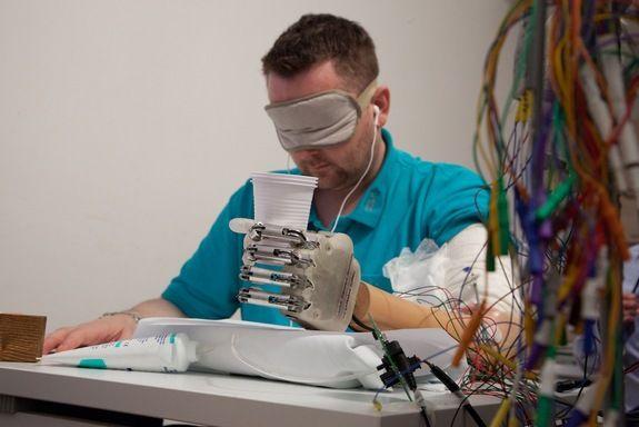 """""""Eu não imaginava que era possível"""", diz Sørensen. Na imagem, ele testa a mão biônica. Foto: LifeHand 2/Patrizia Tocci"""