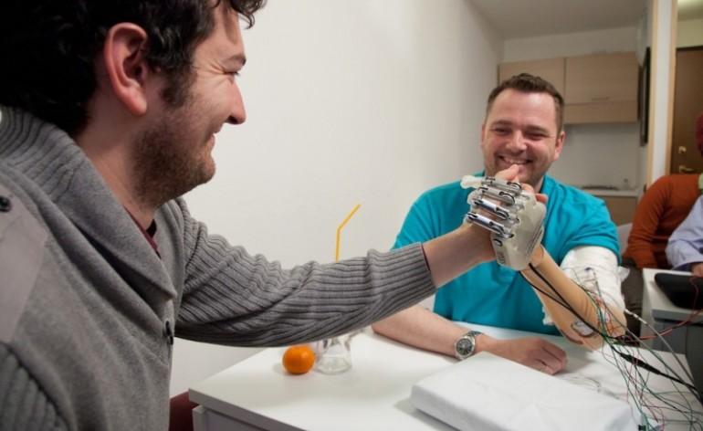 Dennis Aabo Sørensen utiliza prótese desenvolvida pelo professor Micera e seus colegas. A mão biônica é capaz de devolver o tato a uma pessoa que teve o membro amputado. Foto: LifeHand 2/ Patrizia Tocci