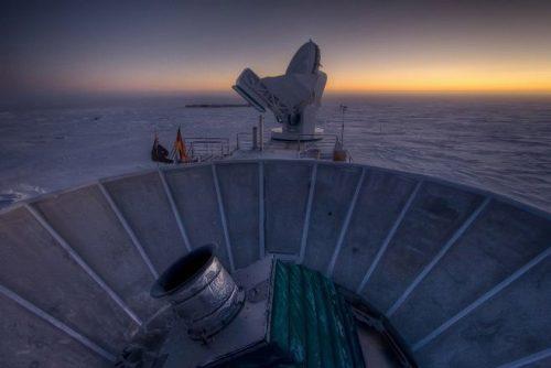 Pôr-do-sol na Antártida com o aparelho BICEP2 em primeiro plano. Ao fundo, o Telescópio do Polo Sul. Crédito: Steffen Richter (Harvard University)