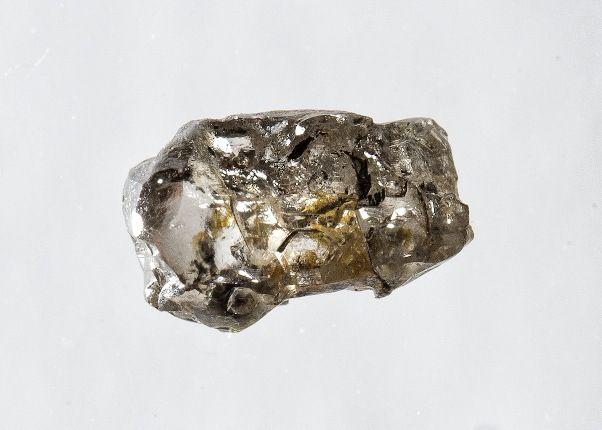 Um raro diamante encontrado no Brasil contém uma amostra do mineral ringwoodite rica em água. Crédito: Richard Siemens/ Universidade de Alberta