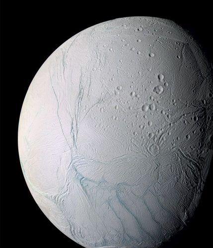 """Observe as quatro faixas azuladas que aparecem na parte inferior direita da imagem. Essas faixas são as """"listras de tigre"""", visualizadas inicialmente pela sonda Cassini em 2005. Crédito: NASA/JPL/Space Science Institute"""