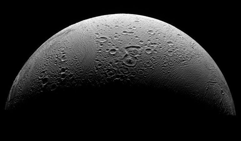Pesquisadores descobriram a presença de água líquida entre a camada de gelo que recobre Encélado (acima), lua de Saturno, e seu núcleo rochoso. Crédito: NASA/JPL/Space Science Institute