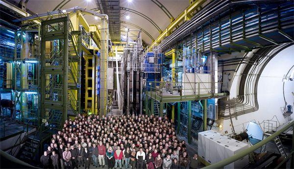 Pesquisadores do experimento LHCb posam na caverna onde se situa o Grande Colisor de Hádrons, na fronteira franco-suíça. Crédito: CERN, LHCb