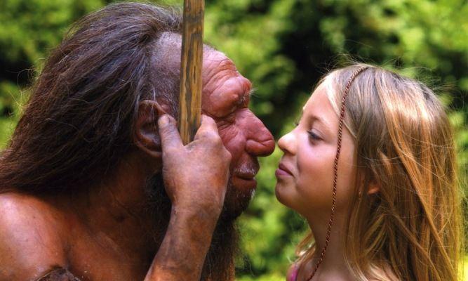 Garota posa em frente à estátua de um neandertal em museu da Alemanha. Crédito: Neanderthal Museum em Mettmann