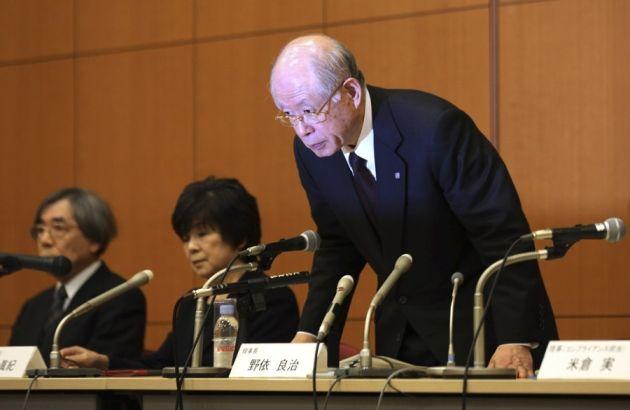 Ryoji Noyori, presidente do RIKEN, faz reverência na coletiva de imprensa em que o instituto anunciou os resultados da investigação sobre a pesquisa de Obokata. Foto: Eugene Hoshiko/AP/Press Association Images