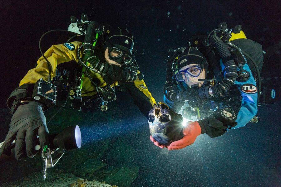 Crânio de Naia: Mergulhadores transportam um crânio de cerca de 12 mil anos de idade para a confecção de um modelo 3D. Crédito: Paul Nicklen/National Geographic