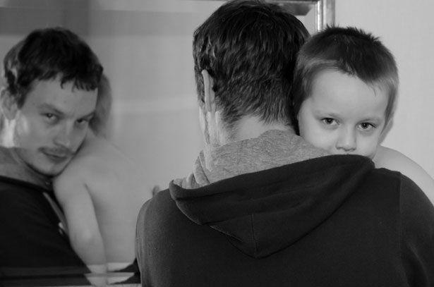 O tipo de cuidado que os pais dedicam aos filhos pode afetar a atividade cerebral masculina, tornando-a mais parecida com a das mães. Crédito: George Hodan; domínio público