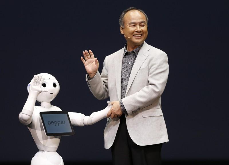 Pepper e o Presidente Executivo da Softbank (Foto: Issei Kato | Reuters)