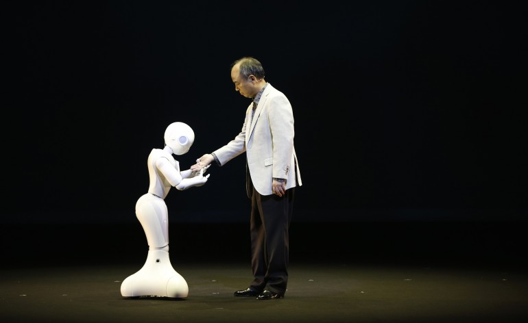 Pepper e o Presidente Executivo da Softbank (Foto: Issei Kato   Reuters)