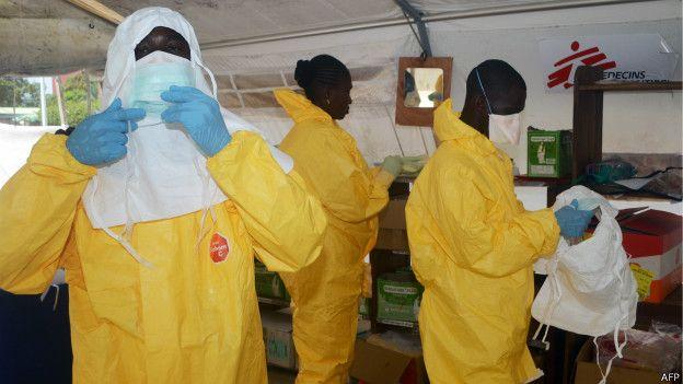 Profissionais da ONG Médicos Sem Fronteiras se preparam para atender os enfermos de ebola na Guiné.