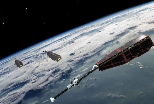 Satélites da Missão Swarm orbitam a Terra em duas órbitas: dois dos satélites viajam praticamente lado a lado, a 460km de altitude, enquanto o terceiro se situa a 530km do planeta. Crédito: ESA