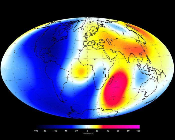 O campo magnético da Terra se enfraqueceu nos últimos 6 meses. Acima, dados da missão Swarm para o período compreendido entre janeiro e junho de 2014. Áreas em tons de vermelho e amarelo representam regiões em que o campo se fortaleceu; tons de azul representam enfraquecimento do campo. Crédito: ESA/DTU Space