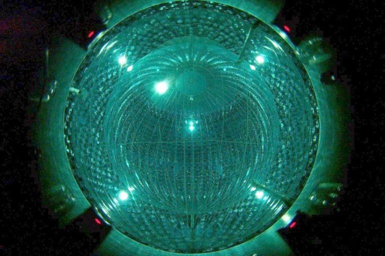 O experimento Borexino, esfera de nylon de 8,5 m de diâmetro repleta de um líquido cintilante, detectou neutrinos solares quando estes interagiram com a matéria líquida, gerando  lampejos. Crédito: Borexino Collaboration