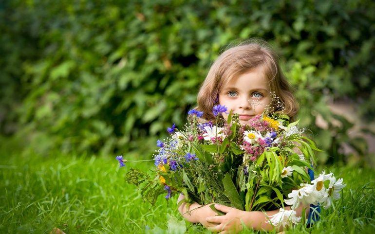"""Girl holding flower bouquet"". Imagem: bhmpics"