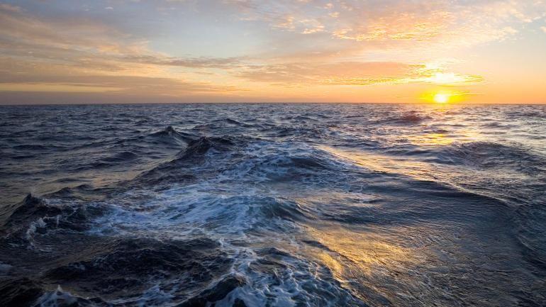 Informações obtidas por instrumentos oceanográficos sugerem que o  Oceano  Atlântico tenha absorvido parte do calor que, de outra forma, aqueceria a atmosfera do planeta, de acordo com uma dupla de pesquisadores. Imagem: sammyyomis; Pichost