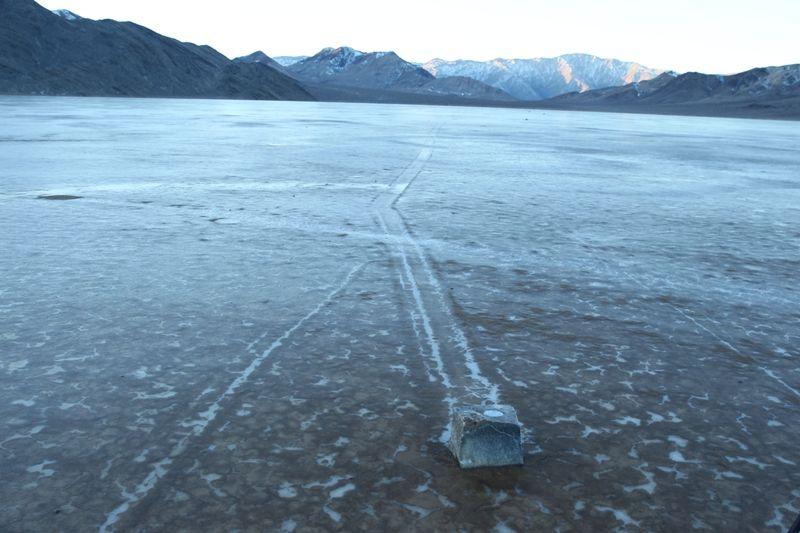GPS: Pedra equipada com um aparelho de localização se move na superfície árida do lago Racetrack Playa, no Vale da Morte (Estados Unidos). Foto: Mike Hartmann