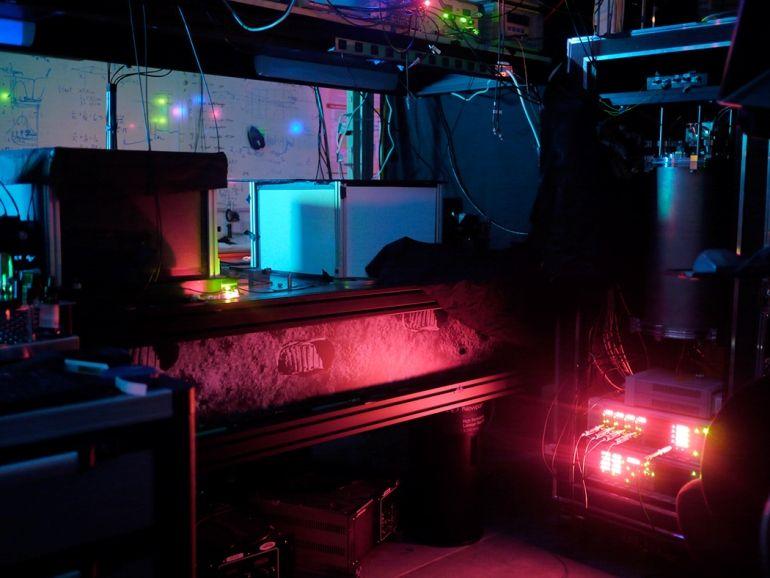 Laboratório da Universidade de Waterloo onde se obteve o entrelaçamento quântico de 3 fótons. Crédito: K. Shalm; NIST