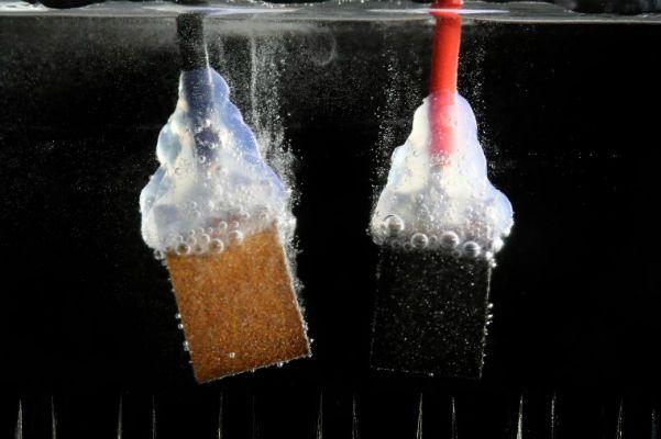 Eletrodos de conversão da água em hidrogênio e oxigênio. Foto: EPFL / LPI / Alain Herzog