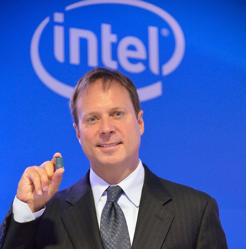 Kirk Skaugen com o processador Intel Core M