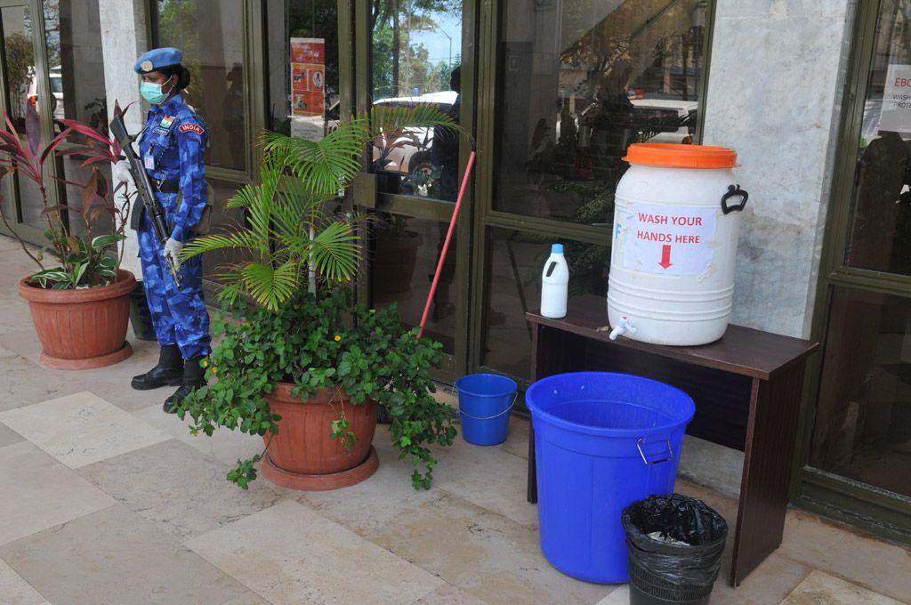 Soldado da Missão da ONU na Libéria (UNMIL) se protege com máscara na entrada de escritório das Nações Unidas na capital Monróvia. Foto: ONU; Andrey Tsarkov
