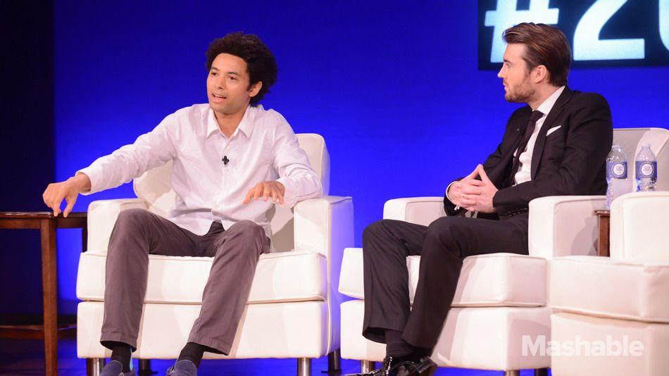 Yael Maguire (à esquerda), diretor de engenharia da Facebook Conectividade Lab, fala CEO Pete Cashmore Mashable na Cimeira Social de Bom em 23 de setembro de 2014.
