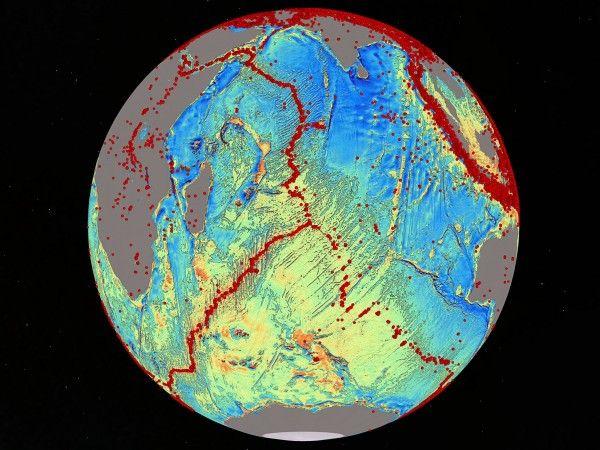 O novo modelo gravitacional do leito do Oceano Índico (acima) preencheu uma imensa lacuna deixada pelos mapas atuais. Os pontos vermelhos na imagem representam terremotos, os quais denotam o movimento da crosta oceânica. Crédito: David Sandwell; Instituto Scripps de Oceanografia