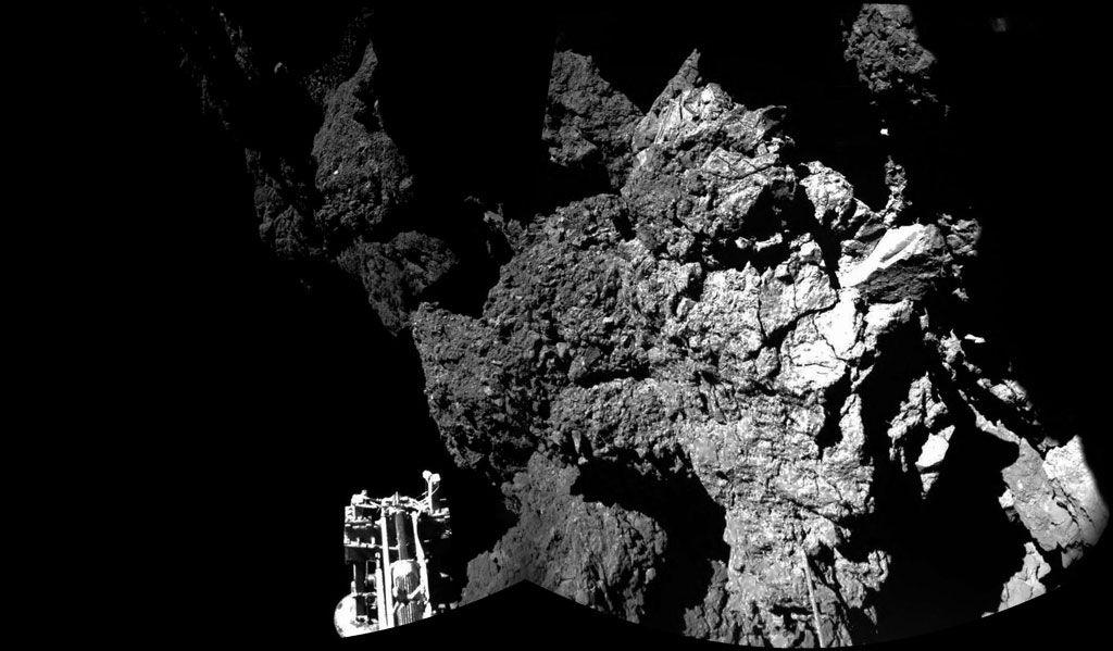 E o prêmio de maior avanço científico de 2014 vai para: a missão Rosetta, responsável pelo primeiro pouso controlado de uma sonda em um cometa. A imagem acima (resultado da combinação de duas fotografias) foi a primeira já obtida na superfície de um cometa e mostra um dos pés o módulo de pouso Philae. Crédito: ESA/Rosetta/Philae/CIVA