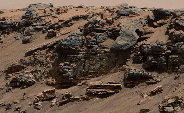 Rocha sedimentar fotografada pela Mast Camera a bordo do Curiosity em agosto de 2014. O padrão de estratificação presente na rocha é característico do depósito de sedimentos no fundo de um lago, próximo a um ponto em que o fluxo de água entra no lago. Crédito: NASA/JPL-Caltech/MSSS