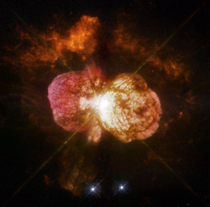 Em meados do século XIX, uma enorme explosão no sistema Eta Carinae criou a Nebulosa Homúnculo, a ejeção bipolar de gás e poeira vista na imagem acima. Atualmente com um ano-luz de comprimento, a nebulosa contém material suficiente para a formação de dez sóis. Crédito: NASA/ESA/Equipe SM4 ERO - Hubble