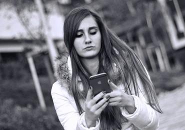 girl-smartphone