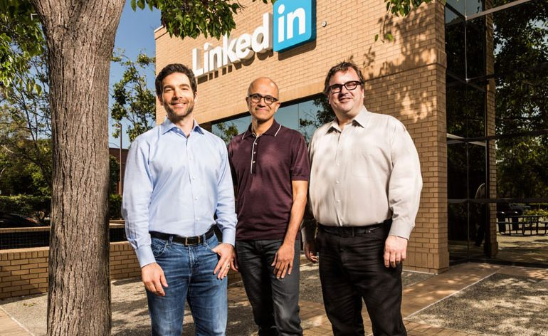 "Jeff Weiner, CEO da LinkedIn, Satya Nadella, CEO da Microsoft e Reid Hoffman (co-fundador e ""chairman"" da LinkedIn (Photo via Microsoft)"