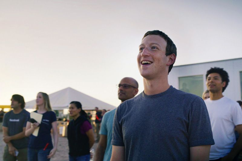 Mark-Zuckerberg-assistindo-ao-voo-do-Aquila