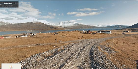 ilha de Uunartog com paisagens fantásticas de icebergs e de montanhas altas com os seus picos cobertos de neve