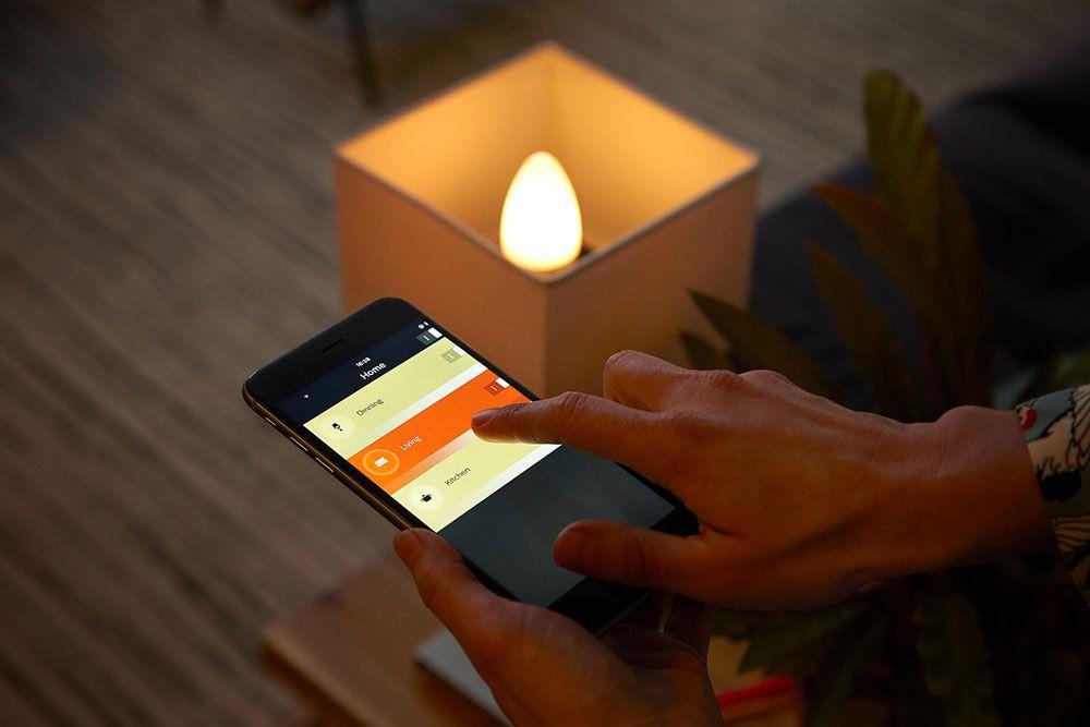 A lâmpada E14 em forma de vela Philips Hue White Ambiance é controlável através do smartphone