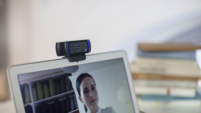 Mulher usando webcam