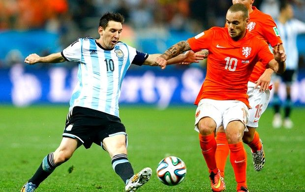 Messi e Sneijder jogo Argentina x Holanda (Foto: Reuters)