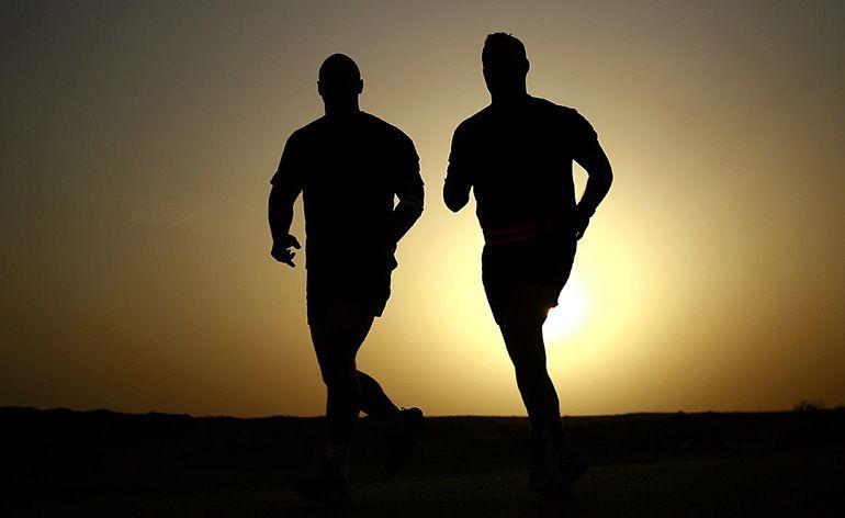 pai e filho correndo