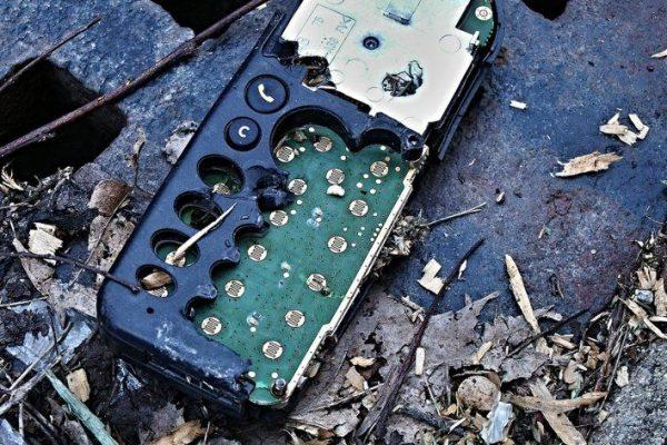 celular no lixo