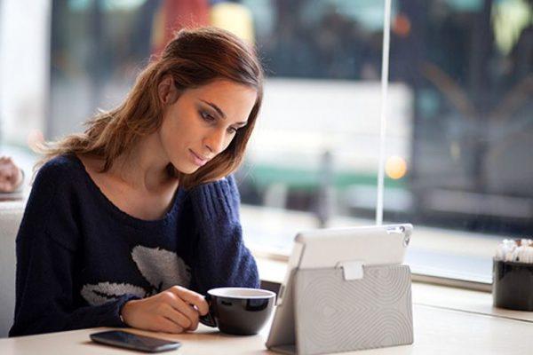 mulher lendo notícias num tablet
