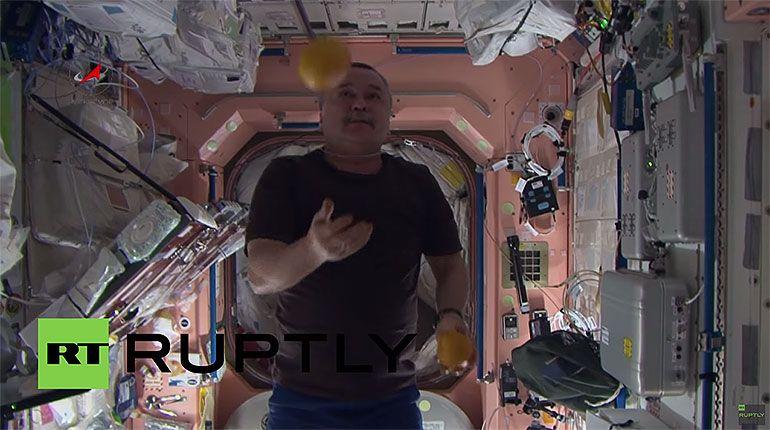 Cosmonautas fazem malabarismo em gravidade zero