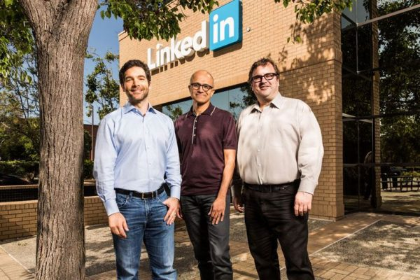 "Jeff Weiner, CEO da LinkedIn, Satya Nadella, CEO da Microsoft e Reid Hoffman (co-fundador e ""chairman"" da LinkedIn (Photo via Microsoft)"