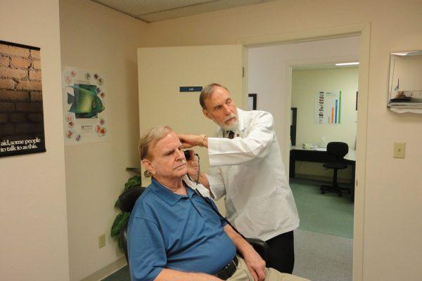 hearing aid 1490115 1280 Surdos