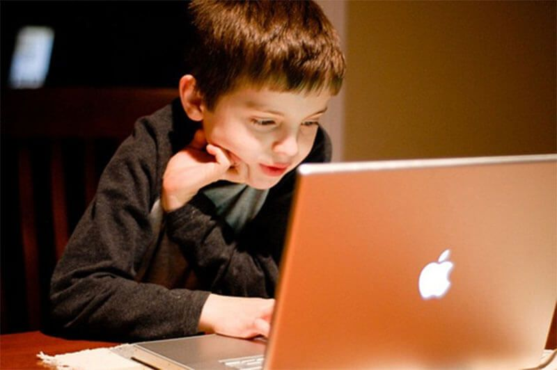 Criança mexendo no computador