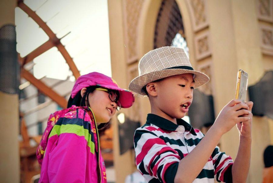 Crianças utilizando smartphone - Segurança na Internet para Crianças e Adolescentes