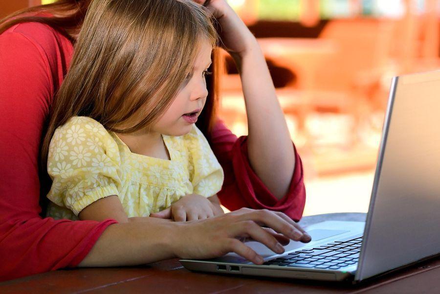 Mãe e filha navegando juntas na internet