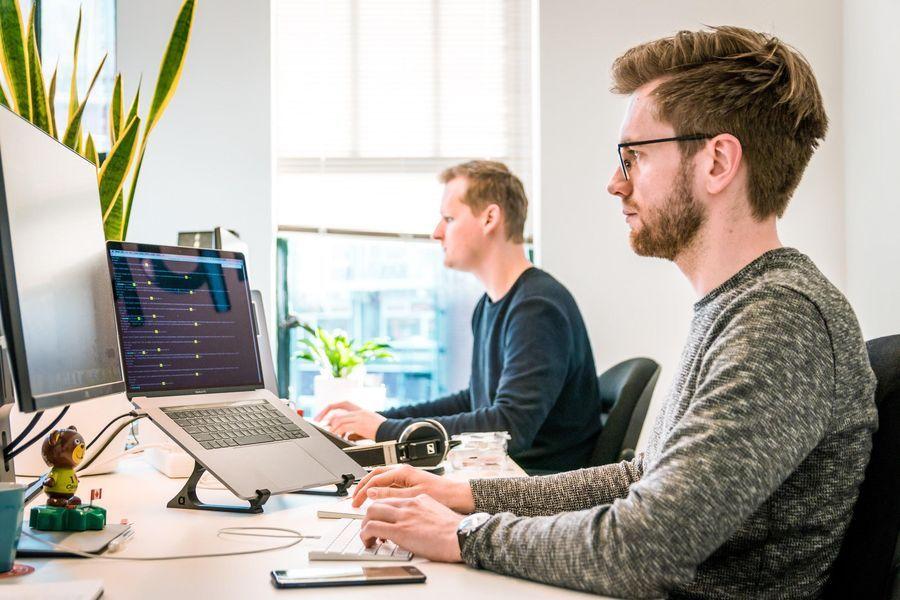 Internet mais rápida - Homens trabalhando em notebooks