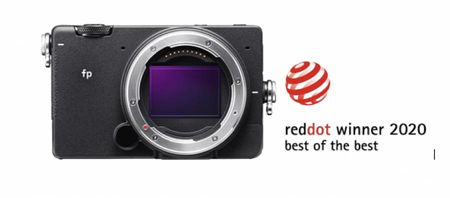 """A SIGMA Corporation e a Comercialfoto, marca importadora e distribuidora de produtos fotográficos e tecnologia, têm o prazer de anunciar que a mais recente câmera digital full-frame mirrorless, a SIGMA fp recebeu a mais elevada distinção dos Red Dot Award: Product Design―the Red Dot: """"Best of the Best"""" Esta distinção foi dada à SIGMA fp entre 6500 produtos que se encontravam em competição. """"Na Sigma, as equipas vivem focadas no desenvolvimento de uma maior performance de imagem, continuando sempre a procurar desenvolver produtos centrados no consumidor de modo a inspirar a desafiar e criar novas possibilidade de criar novos e melhores conteúdos."""" Refere João Pinto, Diretor Geral da Comercialfoto. """"Temos o prazer de poder contribuir localmente com esta visão da marca e muito nos agrada ver que todo o esforço de desenvolvimento de produtos únicos e de elevada qualidade é agora galardoada com o mais alto galardão dos Red Dot Award"""". O Professor Dr. Peter Zec, fundador e CEO dos Red Dot Award salienta """"O nosso júri, composto por diversos especialistas, só atribui o Red Dot: Best of the Best aos produtos mais convincentes nas suas categorisa. Por isso é que só uma percentagem mínima de produtos ganha este prémio. É a prova que cada detalhe de designfaz sentido e é coerente. Os consumidores podem confiar totalmente na decisão dos nossos especialistas e podem ter a certeza que o produto é de elevadíssima qualidade. Quero congratular os laureados pelos níveis de excelência alcançados"""""""